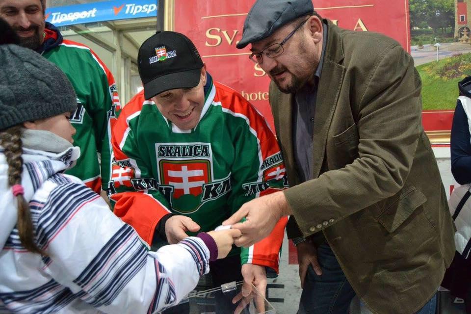 """Milan Roman na akcii """"Deti na hokej"""" v Skalici."""