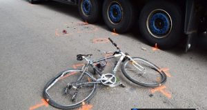 Vážna dopravná nehoda cyklistu a nákladného vozidla v Skalici