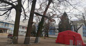 Pred vstupnou bránou nemocnice v Malackách vznikol triediaci stan